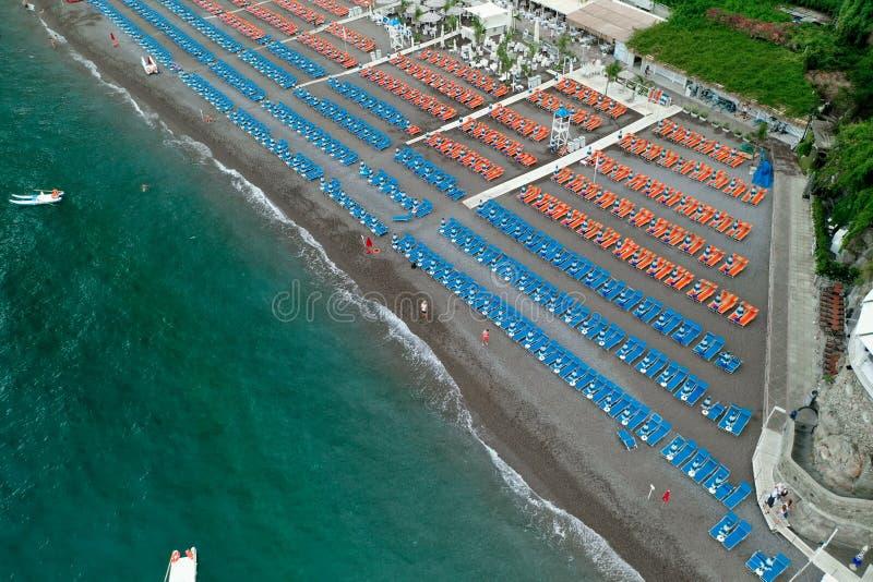 Aerial drone heeft 's ochtends in de kust van Amalfi het dorp Positano en het strand met een overweldigende strandparaplu beschot royalty-vrije stock afbeelding