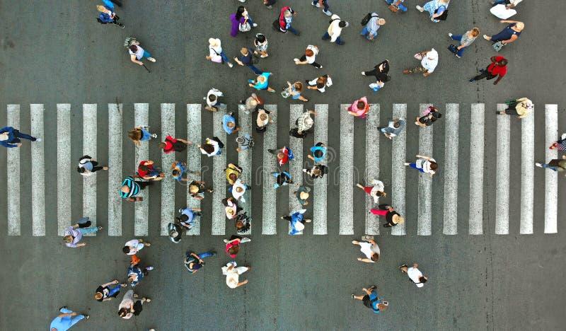aerial Fußgänger, die einen Zebrastreifen führen Hauptverkehrszeit in der Stadt Leute hetzen, um zu arbeiten lizenzfreie stockbilder
