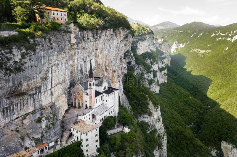 Aerial Panorama View of Madonna della Corona Sanctuary, Włochy Kościół zbudowany w skale obraz stock