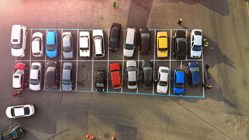 aerial Parkplatz der kleinen Stadt mit bunten Autos lizenzfreie stockfotografie