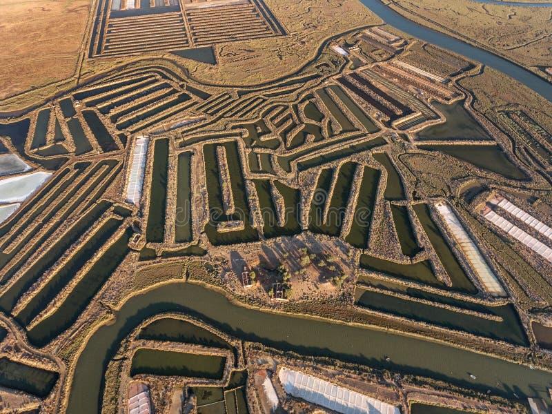 aerial Strukturierte Felder von sumpfigen Salzseen Salines Portugal Vila Real Santo Antonio lizenzfreies stockfoto