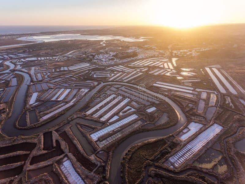 aerial Strukturierte Felder von sumpfigen Salzseen Vila Real Santo Antonio stockbilder