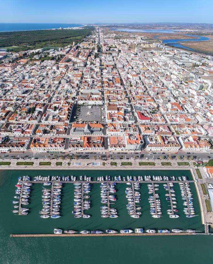 aerial Videodreh vom Dorfhimmel Vila Real Santo Antonio stockfotografie