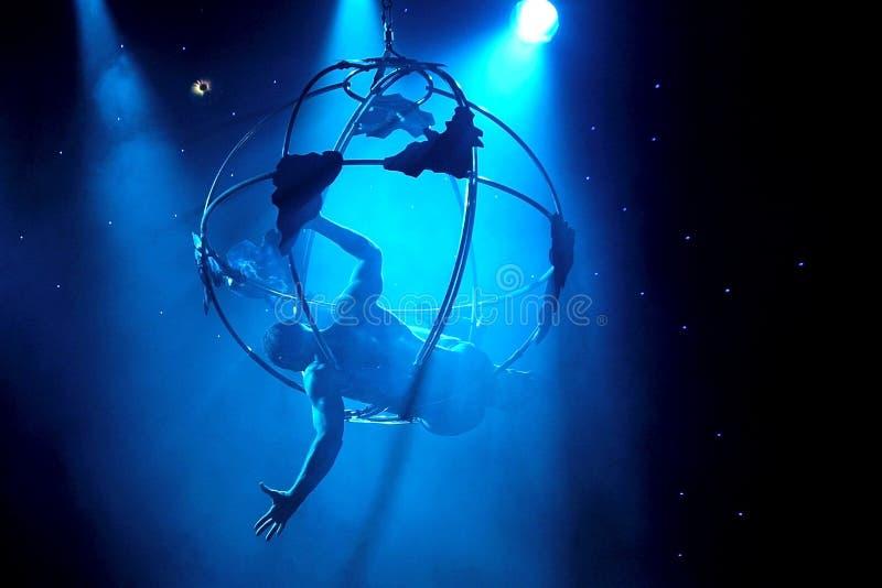 Aerialist toont acrobatische prestatieen stock afbeelding