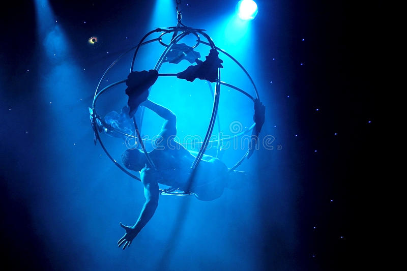 Aerialist zeigt akrobatische Meisterstücke stockbild