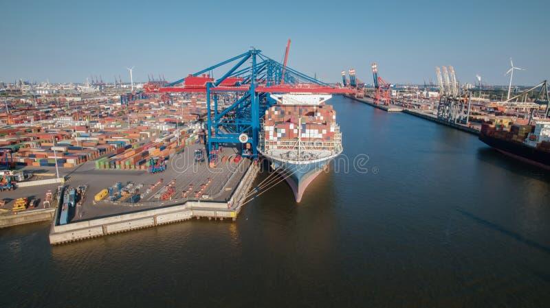 Aerialview de la terminal de contenedores en el puerto de Hamburgo imagenes de archivo