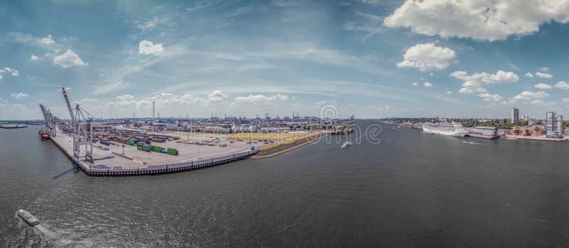 Aerialview en puerto de Hamburgo con cruiseship y los muelles comerciales imágenes de archivo libres de regalías