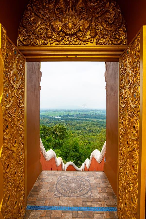 Aeriellt utseende genom dörrram på Pra Att Doi Pra Chan-templet royaltyfria bilder