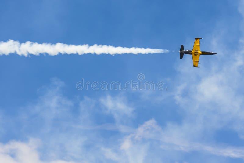Aero ALCA L-159 auf Luft während des Luftfahrt-Sportereignisses eingeweiht dem 80. Jahrestag von DOSAAF stockfoto