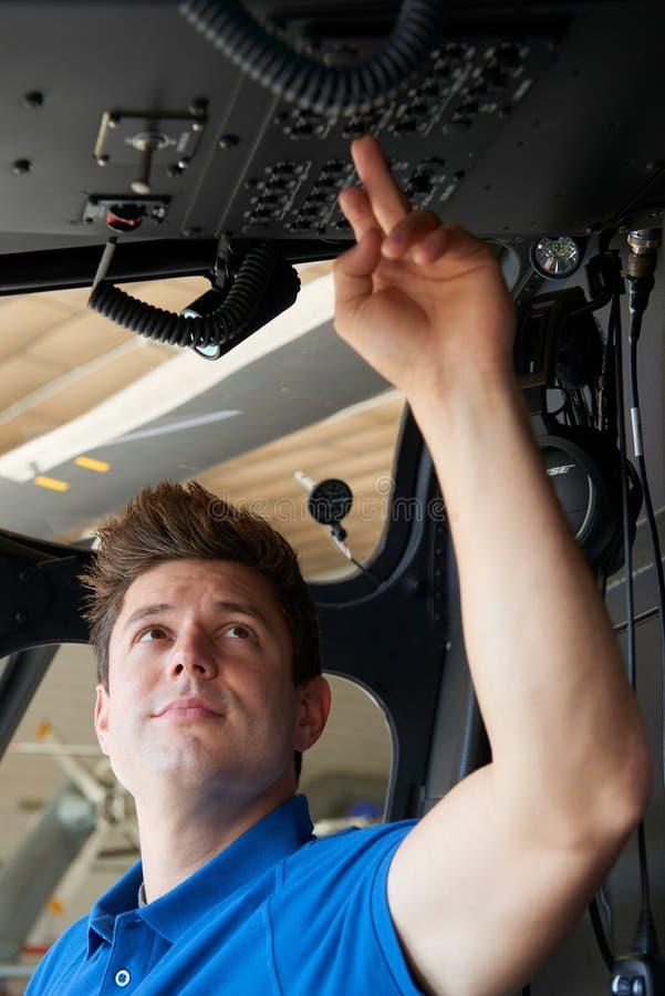 Aero- carlinga masculina de Working In Helicopter del ingeniero imagen de archivo