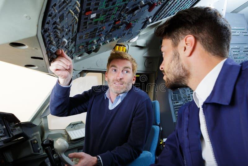 Aero- ingeniero de sexo masculino que trabaja en carlinga fotos de archivo
