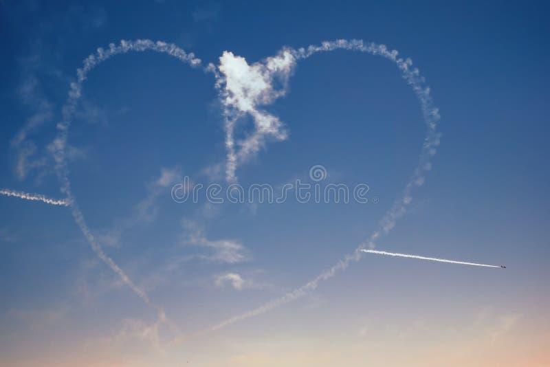 Aerobatic αριθμός καρδιών σχεδίων αεροπλάνων αεροσκαφών στον ουρανό στοκ φωτογραφία με δικαίωμα ελεύθερης χρήσης