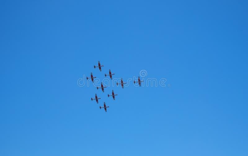 Aerobatic ομάδα αεροσκαφών που εκτελεί μια πτήση επίδειξης στοκ φωτογραφίες