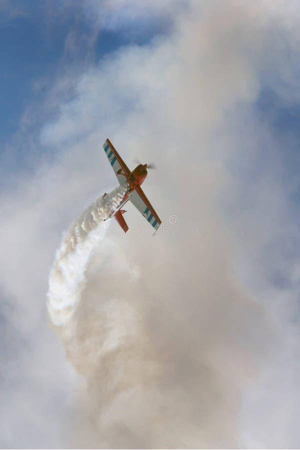 Aerobatic Bremsungsflugzeug stockbilder