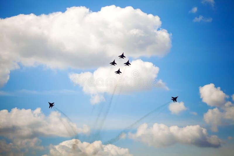 Aerobatic drużyna wykonuje lota manewr obraz royalty free