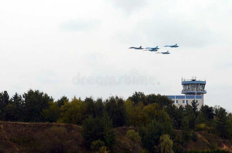 Aerobatic Falcons för lag Su-27 av Ryssland i himlen över Zhukovsky arkivfoton