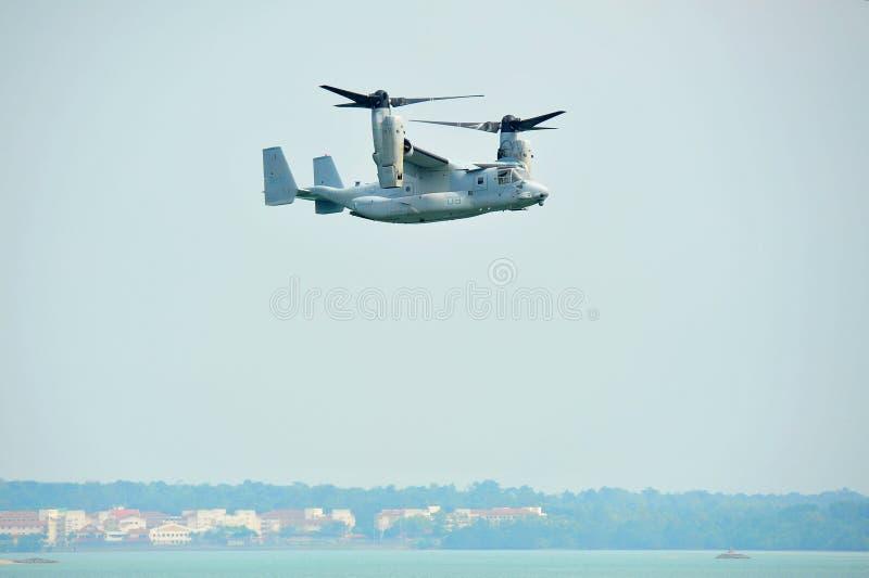 Aerobatic flygskärm med lutande-rotor för fiskgjuse MV-22 för USA-flygvapen (U.S.A.F.) flygplan på Singapore Airshow royaltyfri foto