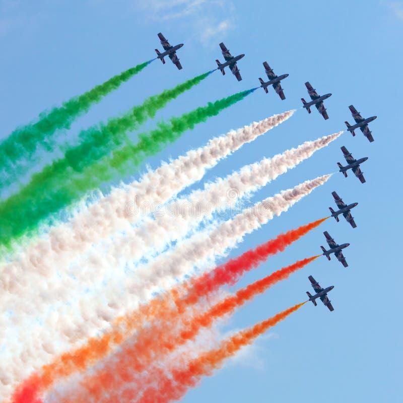 Aerobatic italienskt lag Frecce Tricolori i handling arkivbilder