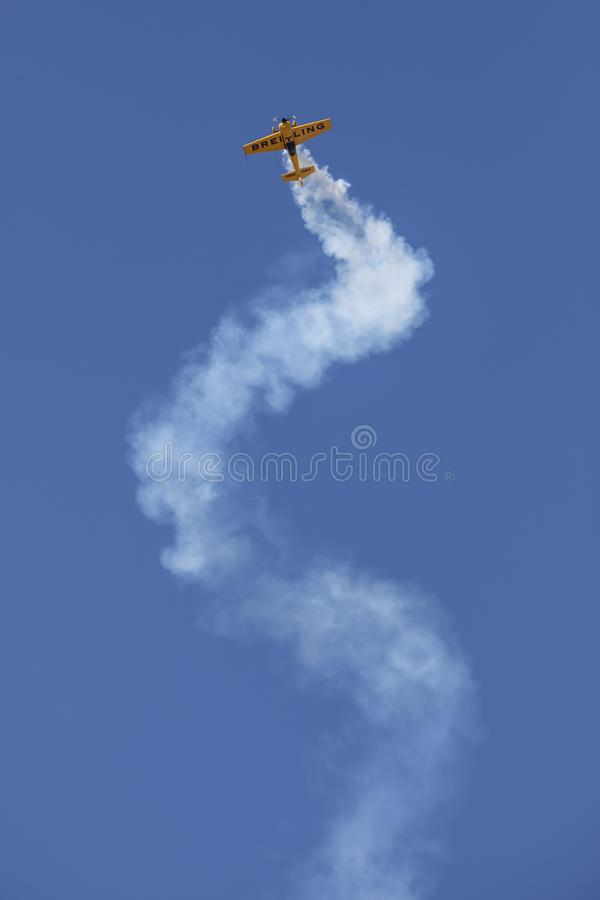 Aerobatic plan korkskruv royaltyfria foton