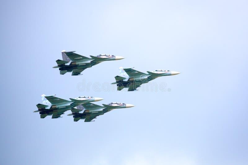 Aerobatic ryska falkars för lag VKS 'Su-30 SM, fyra rysskämpeflygplan i den molniga himlen fotografering för bildbyråer