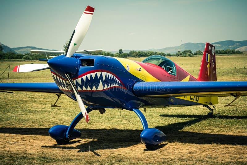 Aerobatic samolot na trawiastym lotnisku fotografia royalty free