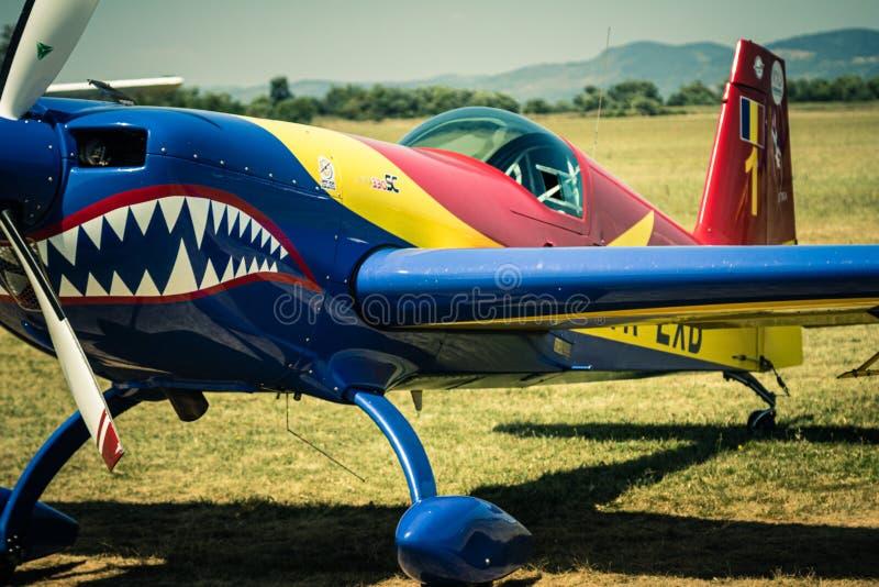 Aerobatic samolot na trawiastym lotnisku obrazy royalty free