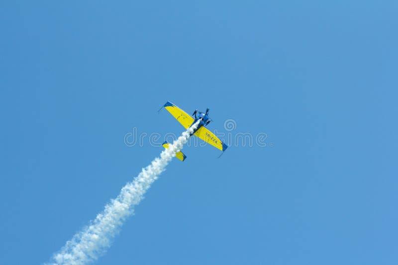 Aerobatic samolotu latanie przeciw jasnemu niebieskiemu niebu obrazy royalty free