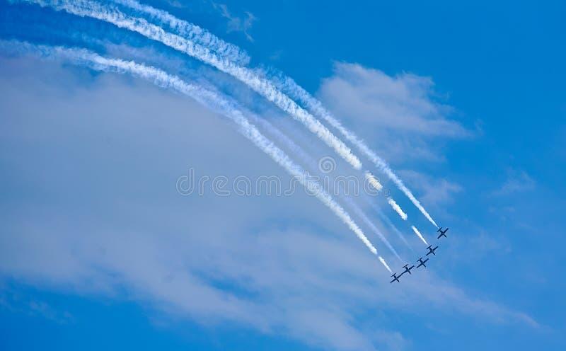 Download Aerobatic Team, Das Loopings In Der Luft Macht Stockbild - Bild von kämpfer, blau: 96930617