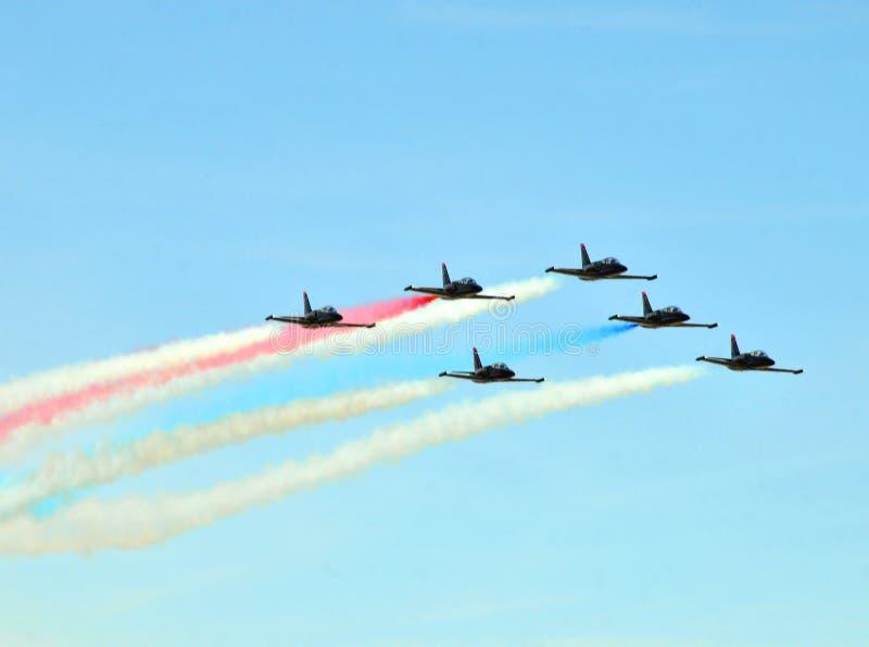 Aerobatic Team Flying Formation At Air för ande show royaltyfri fotografi
