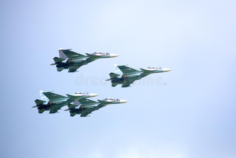 Aerobatic VKS drużyny «Rosyjski jastrząbka Su-30 SM, cztery rosyjskiego myśliwa w chmurnym niebie obraz stock