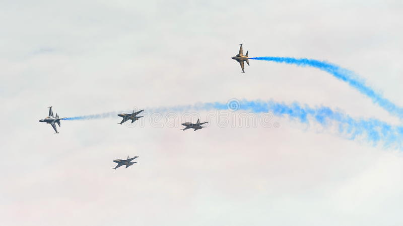 Aerobatic vliegende vertoning door Zwart Eagles van de Republiek van Korean Air-Kracht (ROKAF) in Singapore Airshow stock afbeelding