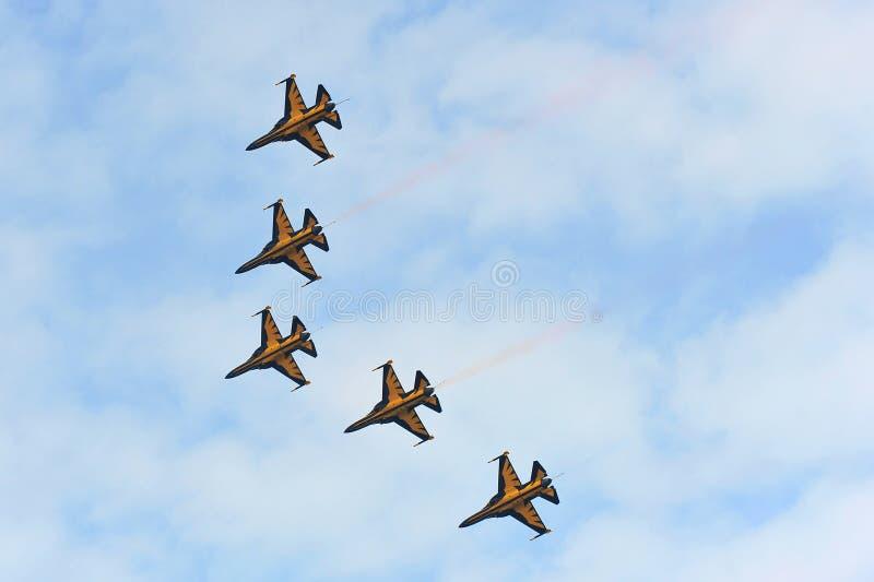 Aerobatic vliegende vertoning door Zwart Eagles van de Republiek van Korean Air-Kracht (ROKAF) in Singapore Airshow stock afbeeldingen