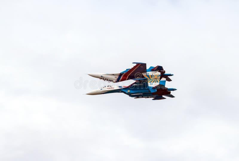 aerobatics dwóch wojowników odzwierciedlający obrazy royalty free