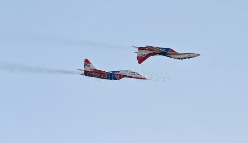 Aerobatics wykonujący lotnictwo grupą aerobatics Ai obrazy stock