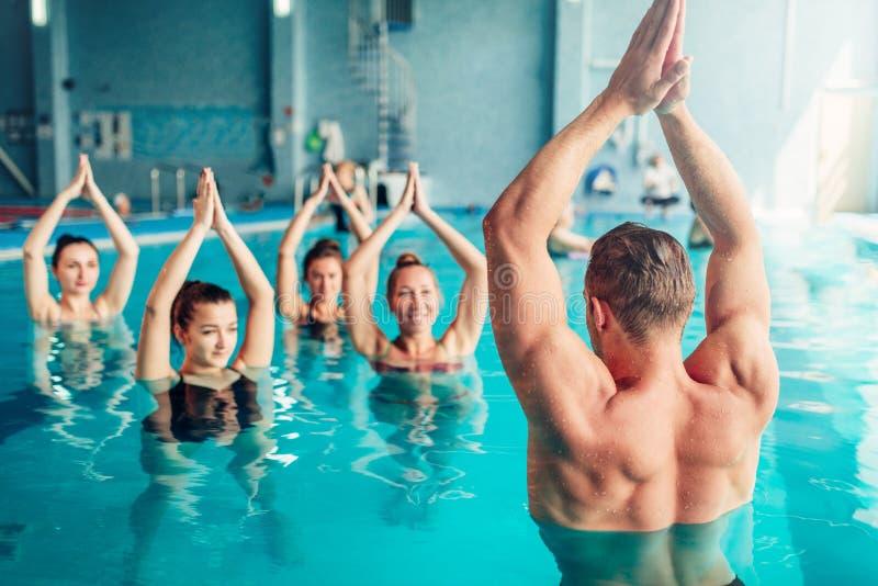 Aerobica dell'acqua nel centro sportivo di sport acquatico immagine stock