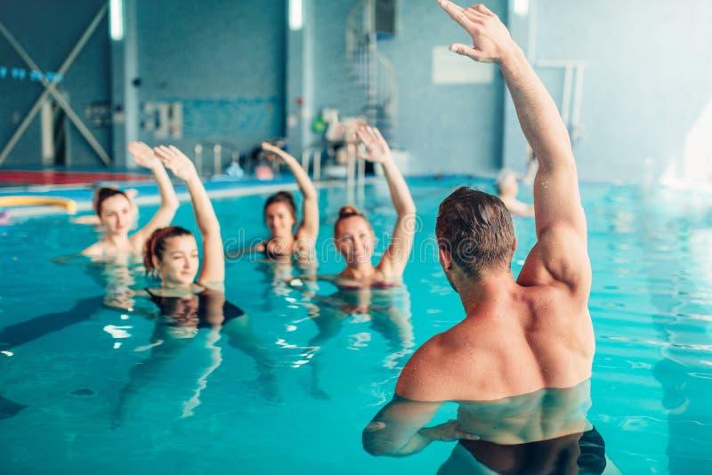 Aerobica dell'acqua nel centro sportivo di sport acquatico fotografia stock
