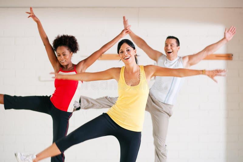 Aerobics die in gymnastiek opleiden stock afbeeldingen
