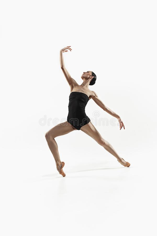 Aerobicskonditionkvinna som övar den isolerade oavkortade kroppen arkivbild