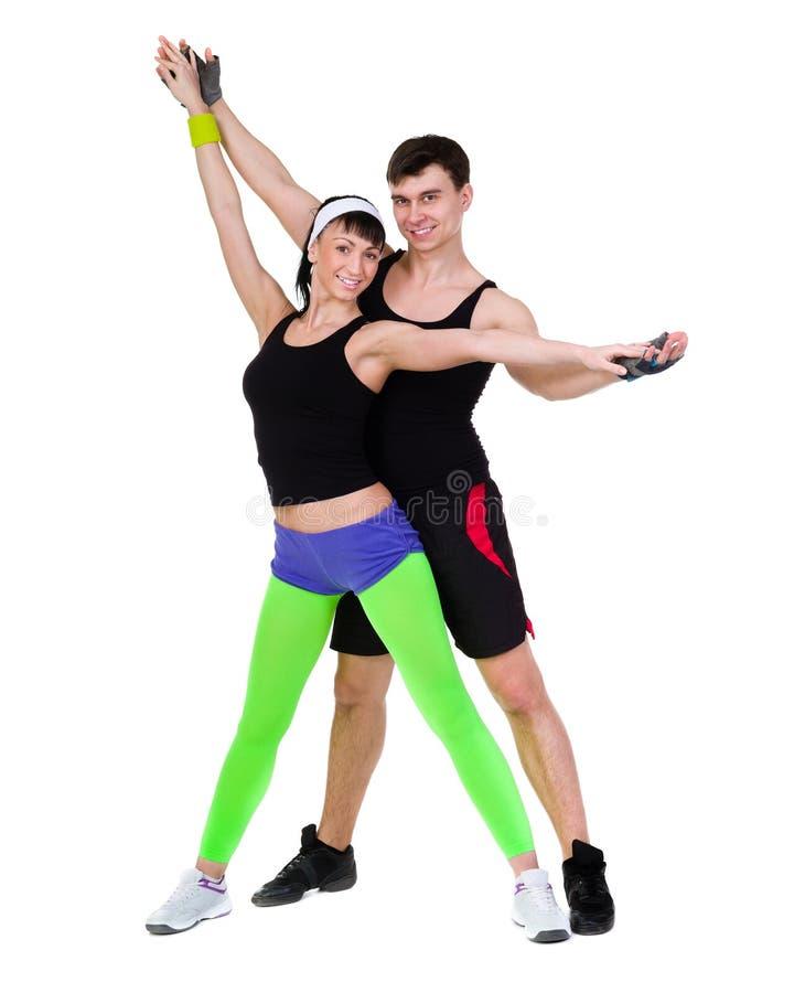 Aerobicskonditionpar som övar den isolerade oavkortade kroppen royaltyfri bild