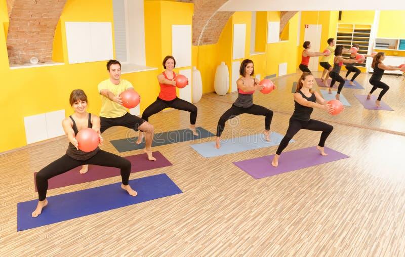 Aerobicspilatesgrupp med yogabollar royaltyfri fotografi
