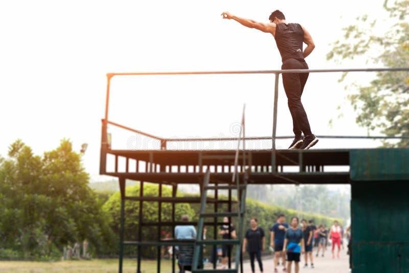 Aerobika nauczyciel na sceny nauczania tanczyć ludziach zdjęcie stock