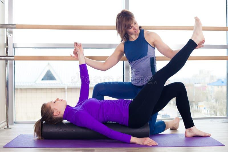 Aerobika Pilates osobistego trenera pomaga kobiety zdjęcia royalty free