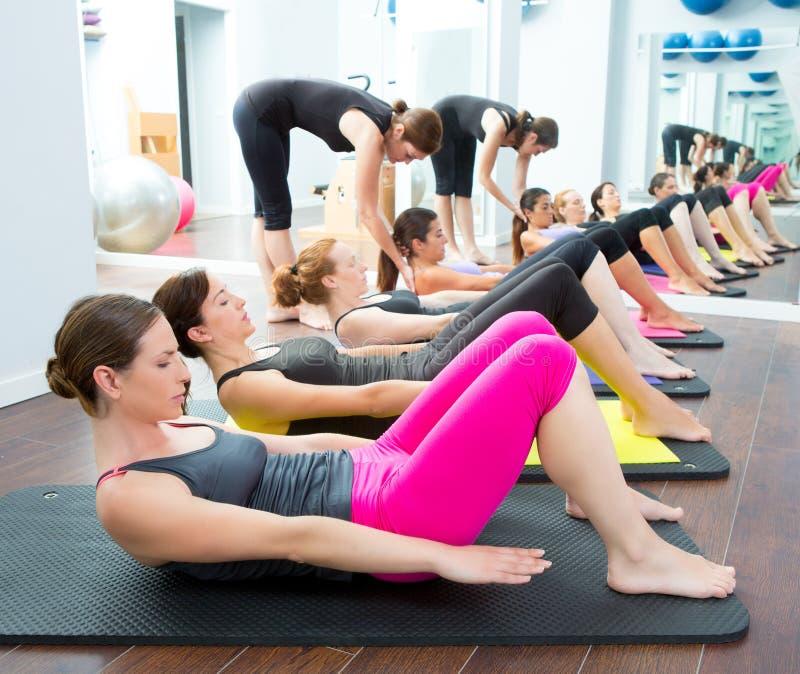 Aerobisk grupp för Pilates personlig instruktörgrupp royaltyfri bild