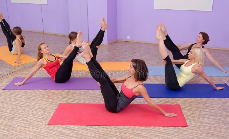 Aerobiska varma Pilates royaltyfri bild