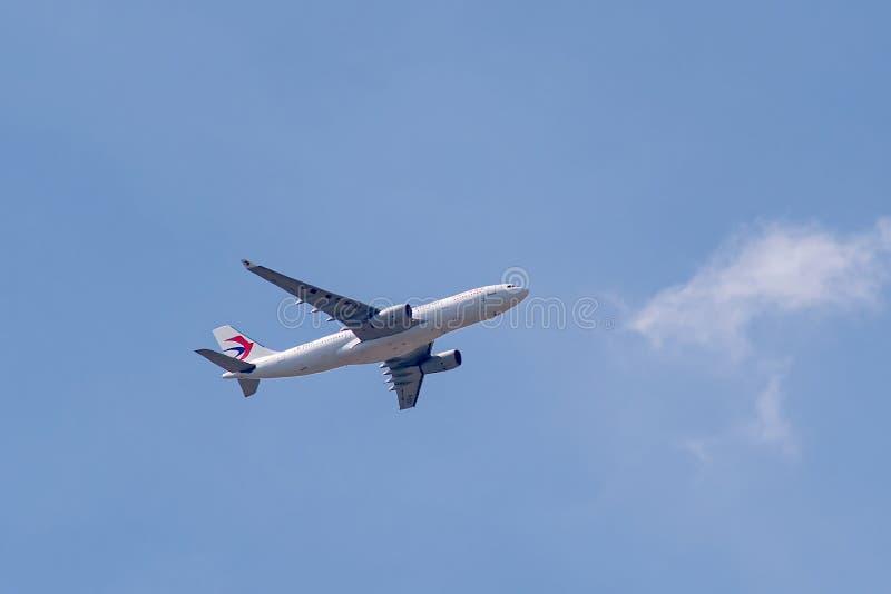 Aerobus A330-243 działający China Eastern Airlines w locie fotografia stock