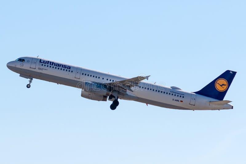 Aerobus A321-131 - 505, działający Lufthansa bierze daleko zdjęcia stock