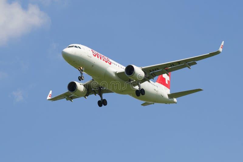 Aerobus A320 lądowanie w Pulkovo lotnisku Swiss International Air Lines (HB-JLT) zdjęcia royalty free