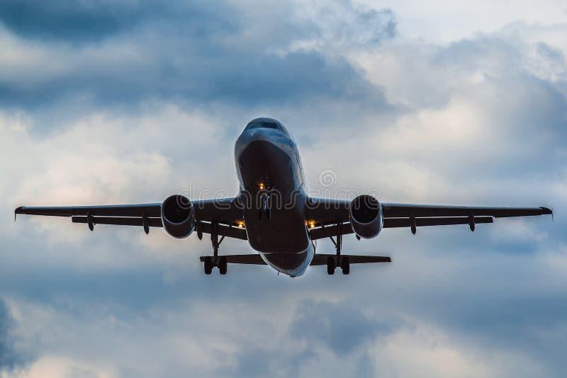 Download Aerobus A 320 Ląduje W Burzy Obraz Stock Editorial - Obraz złożonej z burza, samolot: 53790449
