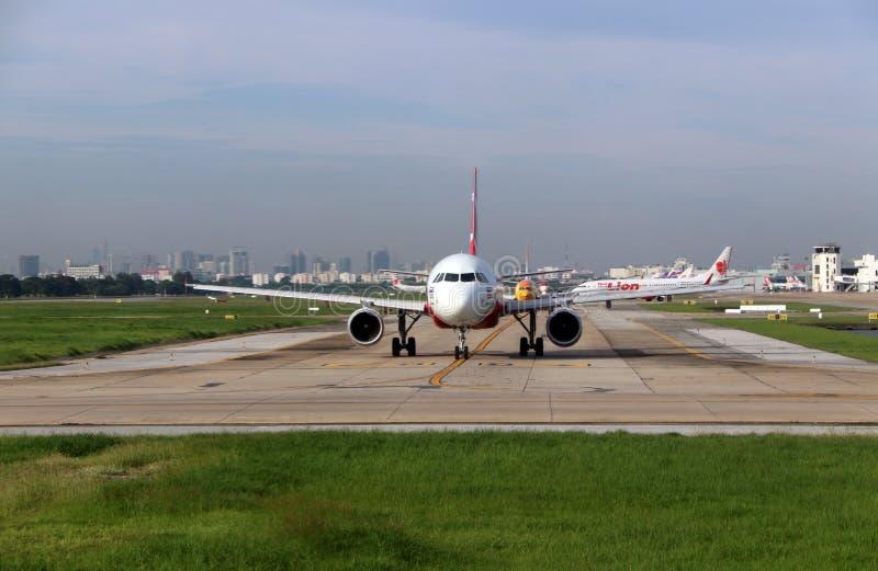 Aerobus A320 neo Tajlandzki Airasia, Boeing 737-8AS Nokair, samolot Tajlandzki Lion Air i inne linie lotnicze biegać z rzędu, fotografia stock