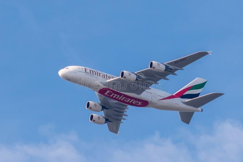 Aerobus A380-861 od emiratów w locie obraz royalty free